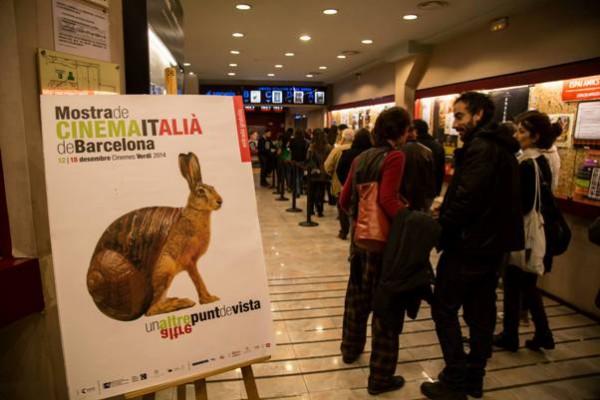Cola para entrar en la sala uno de los días de la 3ª Mostra de Cinema Italià de Barcelona.